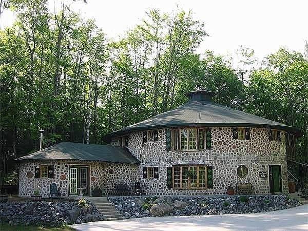 дровяной дом со стенами из чурок