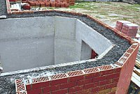 Стена монолитная из крупнопористого керамзитобетона в несъемной опалубке из кирпича и ЦСП по деревянному каркасу