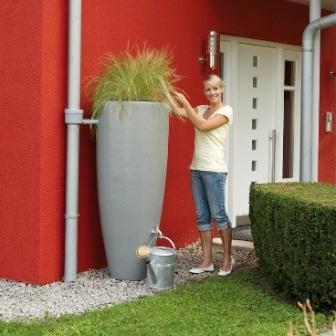 Декоративная емкость для сбора воды из водосточной системы частного дома