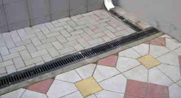 Водоотводной лоток отмостки частного дома