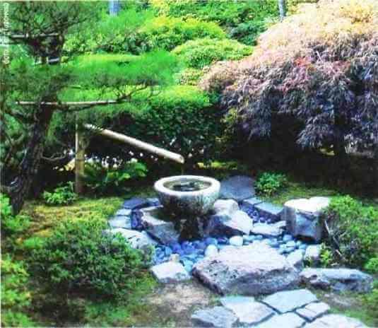 Красивый родник в саду в японском стиле - композиция из растений