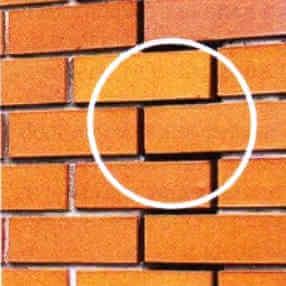 Деформационный шов в кирпичной кладке облицовки стены частного дома