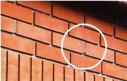 Вентиляционные отверстия в кирпичной облицовке стены