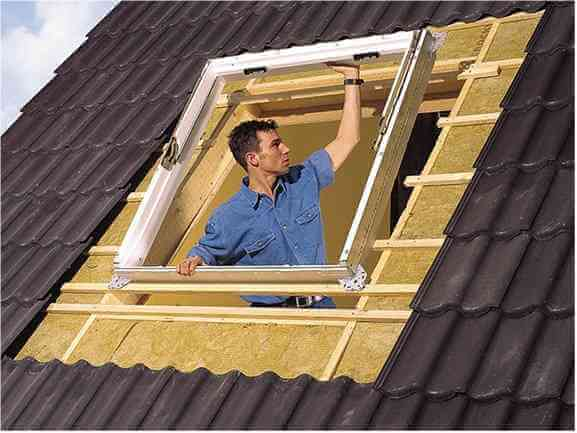 Установка мансардного окна на крыше частного дома