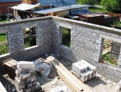 фото монолитный железобетонный пояс опирания плит перекрытия на стене дома из теплоблоков