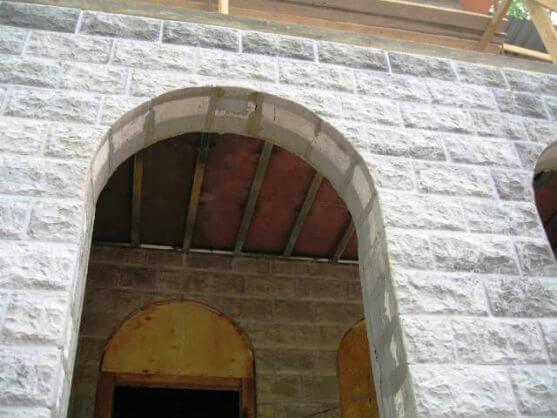 проем в виде арки в стене из теплоблоков
