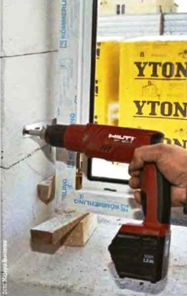 Крепление окна к стене стальным анкером