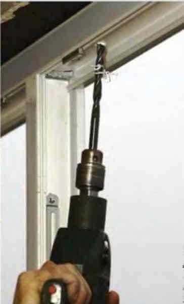 Крепление окна к стене рамным дюбелем