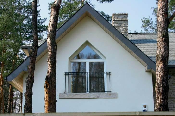 Карнизный свес двухскатной крыши частного дома фото