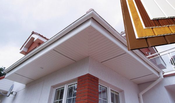 Подшивка карнизного свеса частного дома панелями, вагонкой ПВХ фото