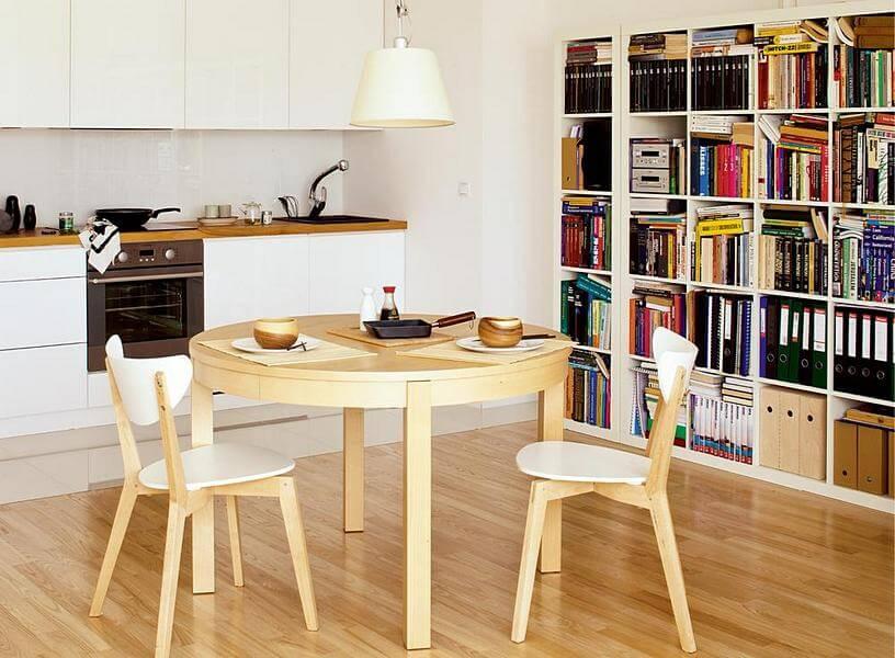 Интерьер открытой кухни студии в частном доме