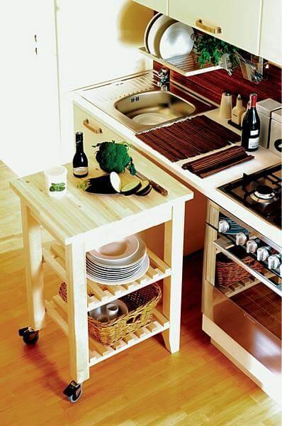 Интерьер открытой кухни студии в маленькой квартире