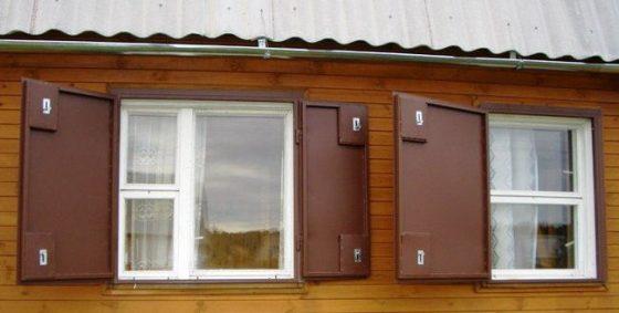 металлические ставни в загородном доме