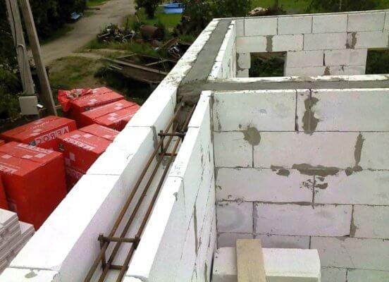Монолитный железобетонный пояс в уровне перекрытий дома из газобетона