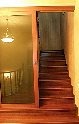 Двери на лестницу верхних этажей или мансарды частного загородного дома