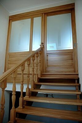 Двери на верхний мансардный этаж частного дома коттеджа