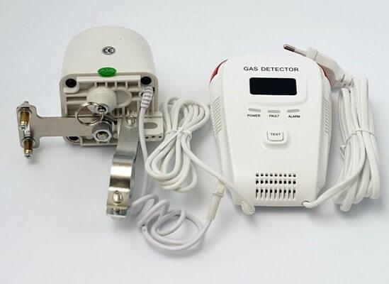 Сигнализатор загазованности датчик утечки газа с манипулятором шарового крана на газовой трубе.
