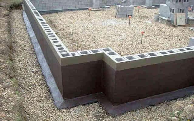 Ленточный фундамент из мелкоформатных бетонных блоков для дома