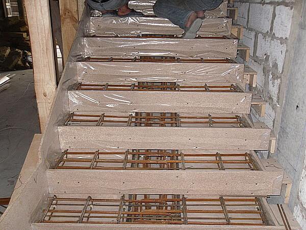 Опалубка монолитной лестницы из бетона на косоуре