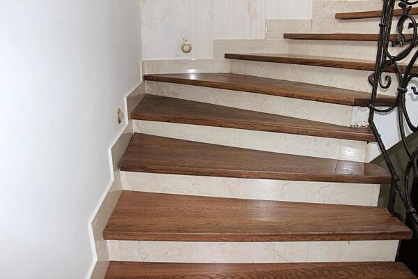 Бетонная лестница с отделкой деревом и керамической плиткой