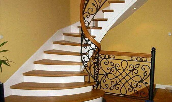 Лестница бетонная с отделкой деревом