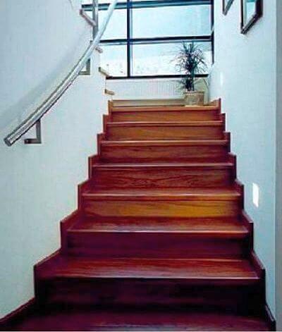 Бетонная лестница с отделкой ступеней деревом