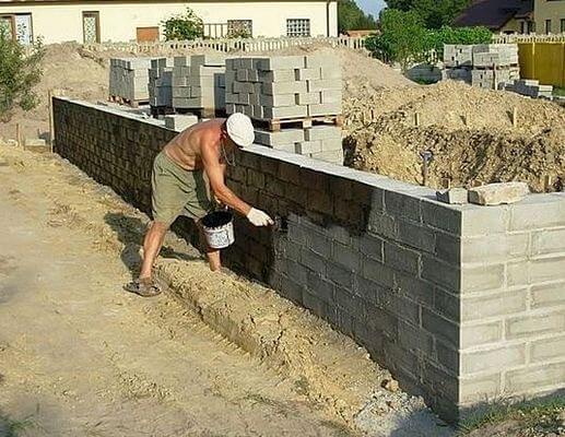 Обмазочная гидроизоляция фундамента из бетонных блоков