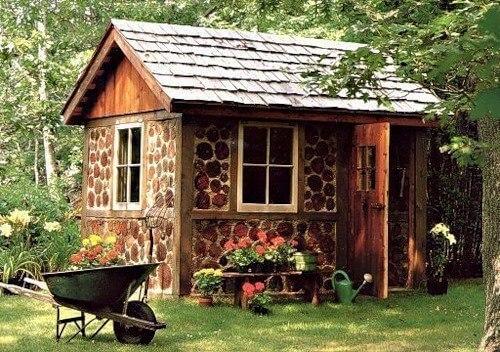 Дачный садовый дом со стенами из дров поленьев