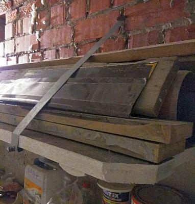 Полка из досок стене гаража для хранения садового инвентаря