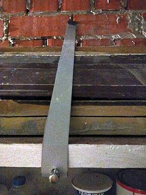 Полка на стене гаража для хранения садового инвентаря
